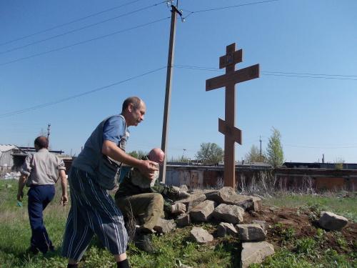Крест на месте предстоящего строительства храма Рождества Христова