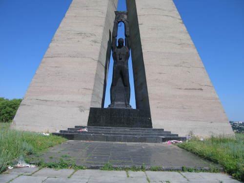 Памятники вов в шахтах памятники в орле с описанием Мытищи