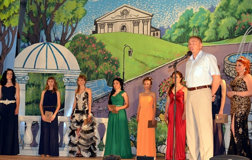 В посёлке Таловом устроили бал для восьми выпускниц