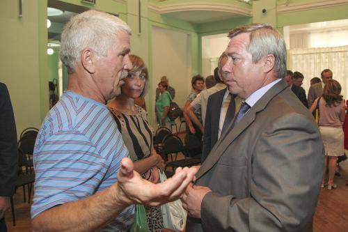 Жители российского Донецка говорили с губернатором о бомбоубежищах и системе оповещения