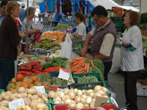 Пустые полки в магазинах и на рынках исключаются, а вот гарантии на отсутствие подорожания продовольствия нет.Чиновники пообещали, что супермаркеты не опустеют