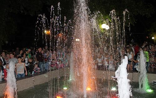Подарок шахтинцам ко Дню города: на главной площади ожил фонтан