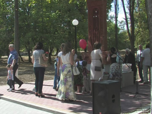 Необычный монумент установили в Александровском парке. Стела с изображением креста привезена в Шахты из Армении