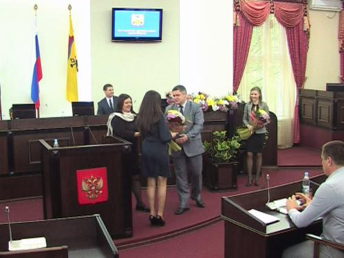 Лучшим студентам вручили удостоверения о назначении именных стипендий мэра города и шахтинской думы