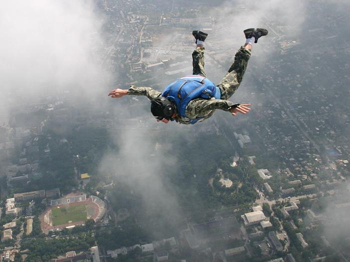 Если хочешь быть парашютистом - будь им!