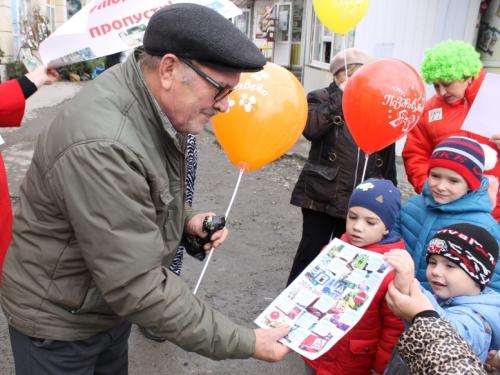 Бабушкам и дедушкам правила дорожного движения объясняли малыши