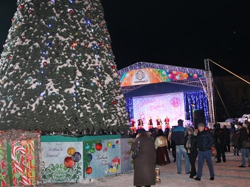 В Шахтах открыли главную ёлку города