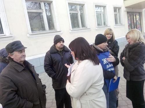 Ирина Жукова пообщалась с участниками пикетов