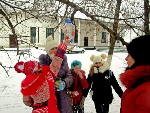 Таловские дети кормят птиц