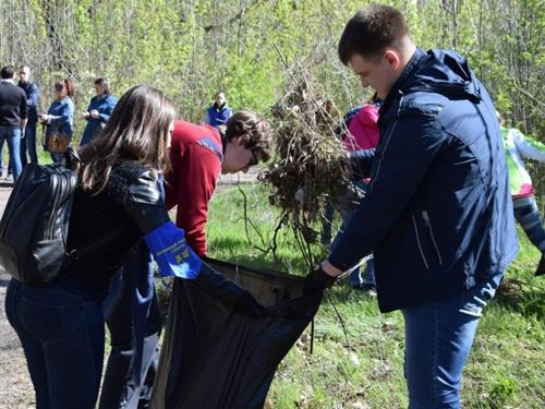 Молодёжный десант из 100 человек наводил порядок в парке посёлка ГРЭС