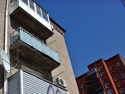 Сосульки опасны зимою, крыши и балконы - круглый год..