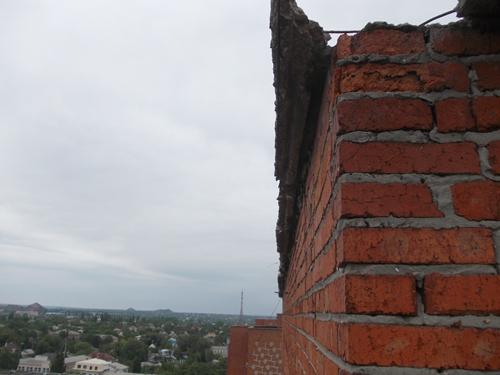 Жильцы 14-этажки рассказали о своей крыше Игорю Медведеву