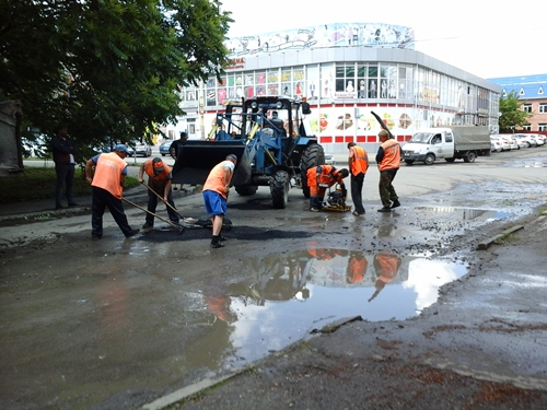 Шахтинским дорожникам дождь не помеха