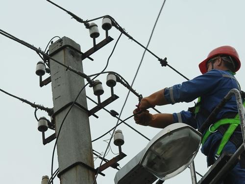 На шахтинских улицах ремонтируют фонари
