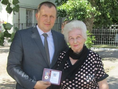 Татьяне Семёновне Бабинян вручили памятный знак