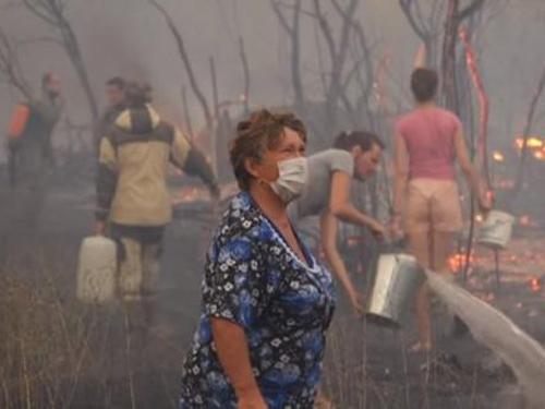 К тушению масштабного пожара в Усть-Донецком районе привлечено более тысячи человек
