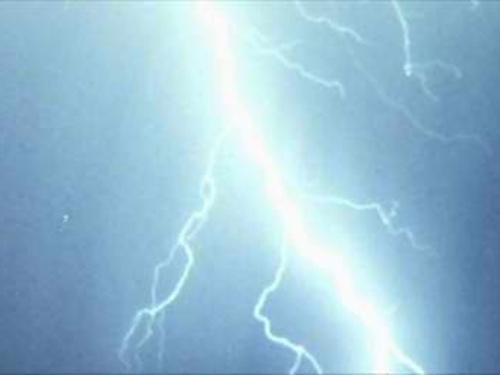 Женщина пострадала от удара молнии во время вчерашней грозы