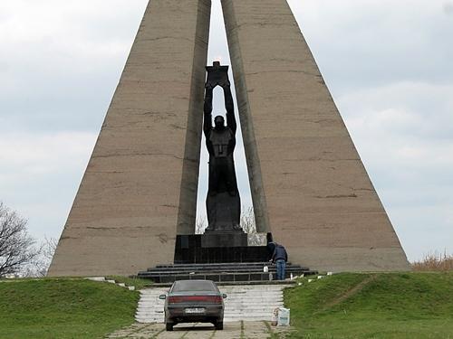 Рабочая группа обследует мемориалы в Шахтах
