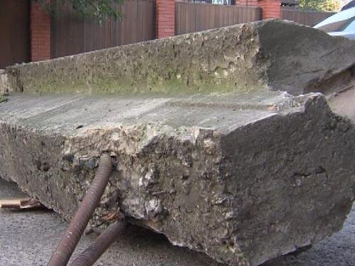 По факту гибели человека под бетонной плитой проводится проверка