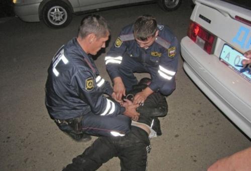 20-летний шахтинец пытался отбиваться от полицейских и угодил под следствие