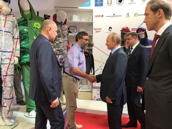 Модели современной одежды, разработанные в шахтинском институте, представлены президенту России