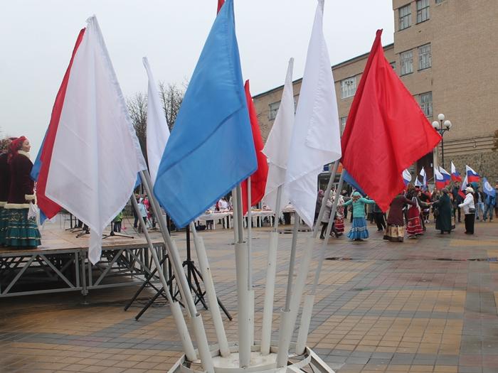 В Шахтах праздновали под дождём