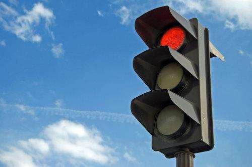 На выезде с дамбы установили светофор