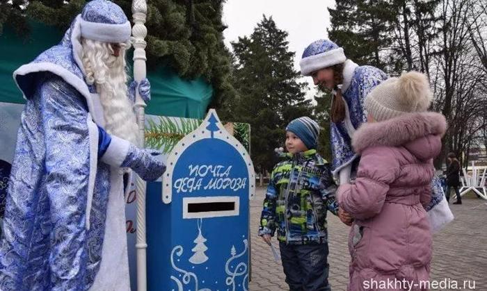 Возле главной городской ёлки появился почтовый ящик Деда Мороза