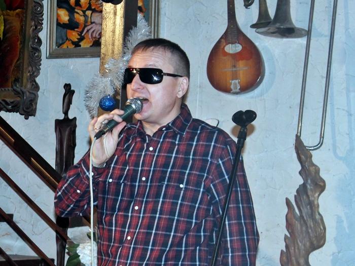 Виктор Тартанов пел в арт-салоне Роговых