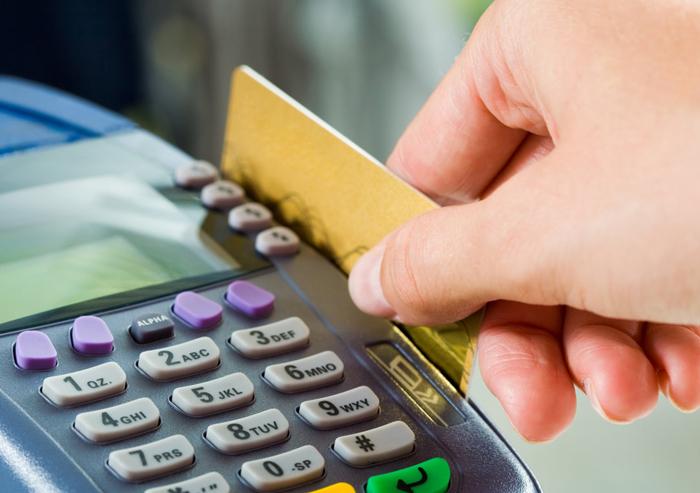 Подростки совершали покупки с чужой банковской карты