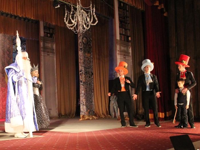 В весёлый хоровод под ёлкой и в страшно добрую сказку приглашает ребят городской Дворец культуры