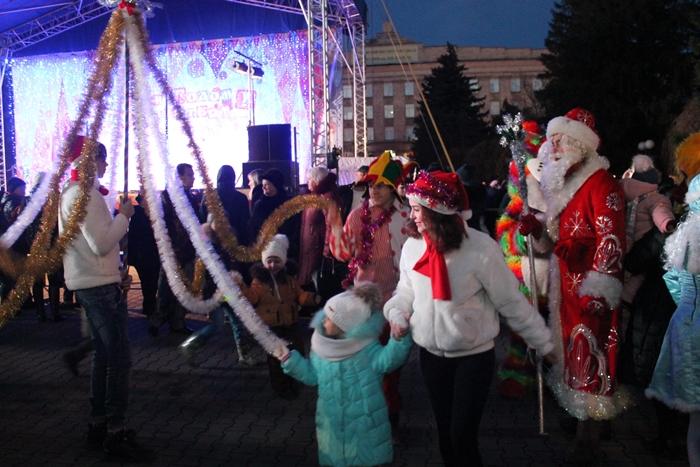Большое праздничное представление прошло на площади возле главной шахтинской ёлки