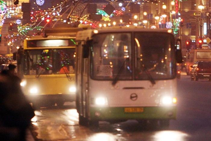 Обещали, что в новогоднюю ночь городской транспорт будет ходить до половины третьего
