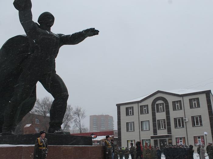 В честь Дня освобождения города состоялись возложение цветов к памятнику Солдату-освободителю и митинг в Александровском парке