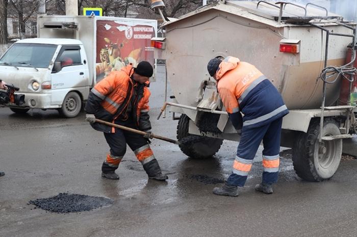 Завтра продолжат латать ямки по Маяковской, ремонт на Хабарова начнут 1 апреля