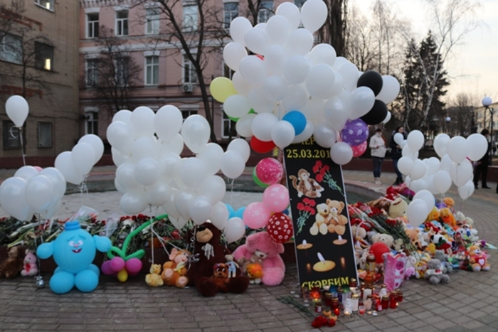 В память о погибших в Кемерово шахтинцы выпустили в небо белые шары