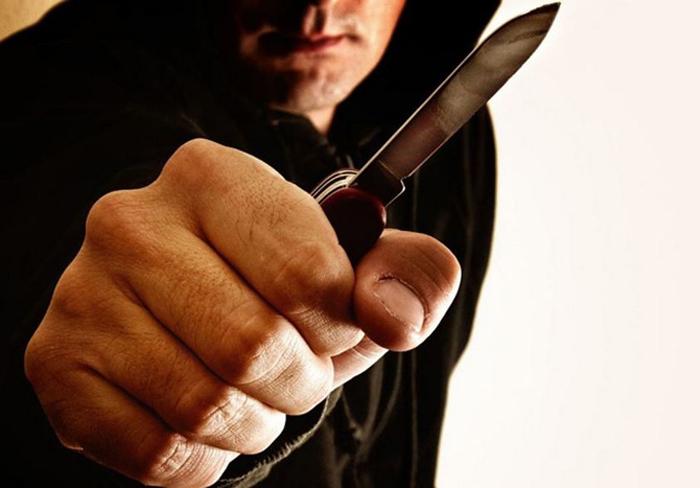На молодую пару напал мужчина с ножом