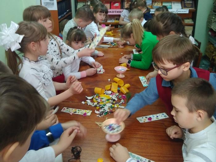 Первоклашек учили беречь планету от мусора