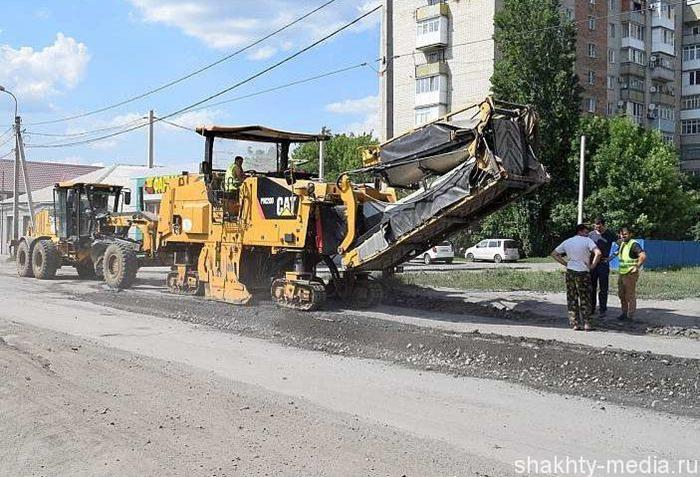 На улице Хабарова появилась дорожная техника