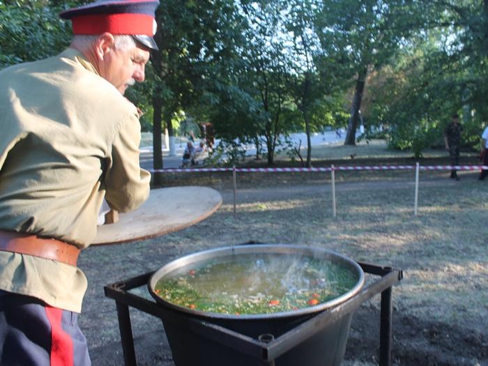 В канун Дня города и Дня шахтёра в Александровском парке пели, плясали и уху хлебали