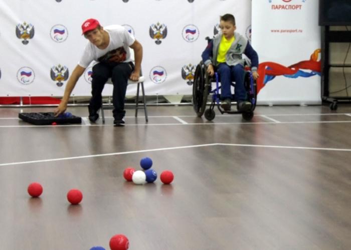 Мастер-классы и турниры по настольному теннису и бочча прошли в легкоатлетическом манеже