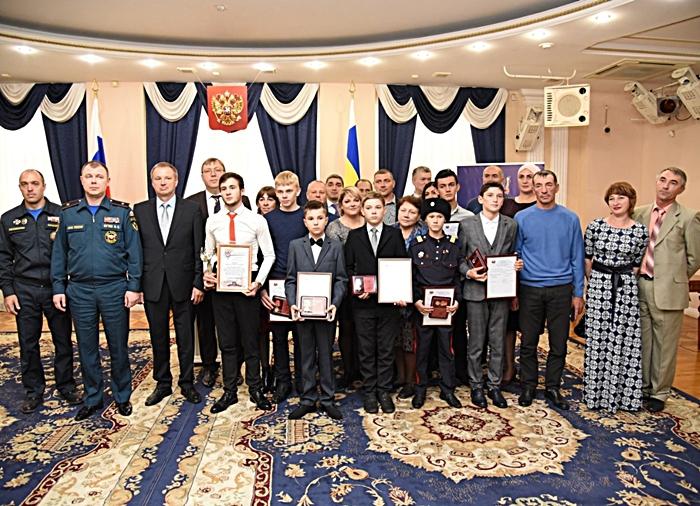 """""""За спасение жизни"""": юные герои удостоены знаков отличия"""