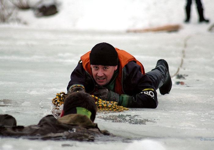 На водоемах лед опасен
