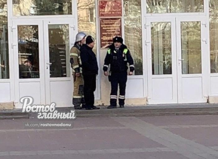 В Ростове опять эвакуировали школы
