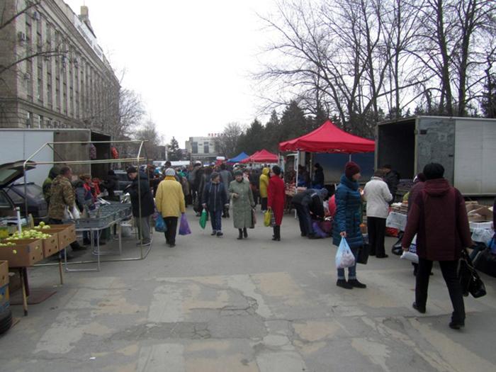 Сельскохозяйственная ярмарка привлекла на площадь Ленина сотни горожан