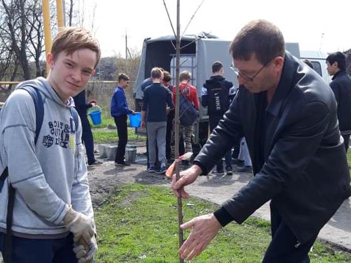 В День древонасаждения посадили десятки саженцев и цветов