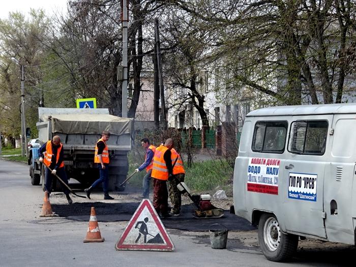 """В Шахтах начали восстанавливать дорожное покрытие после """"водяных"""" ремонтов"""