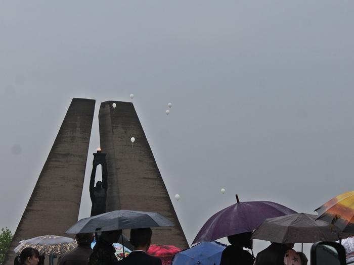 Митинг на Красинском мемориале проходил под дождём